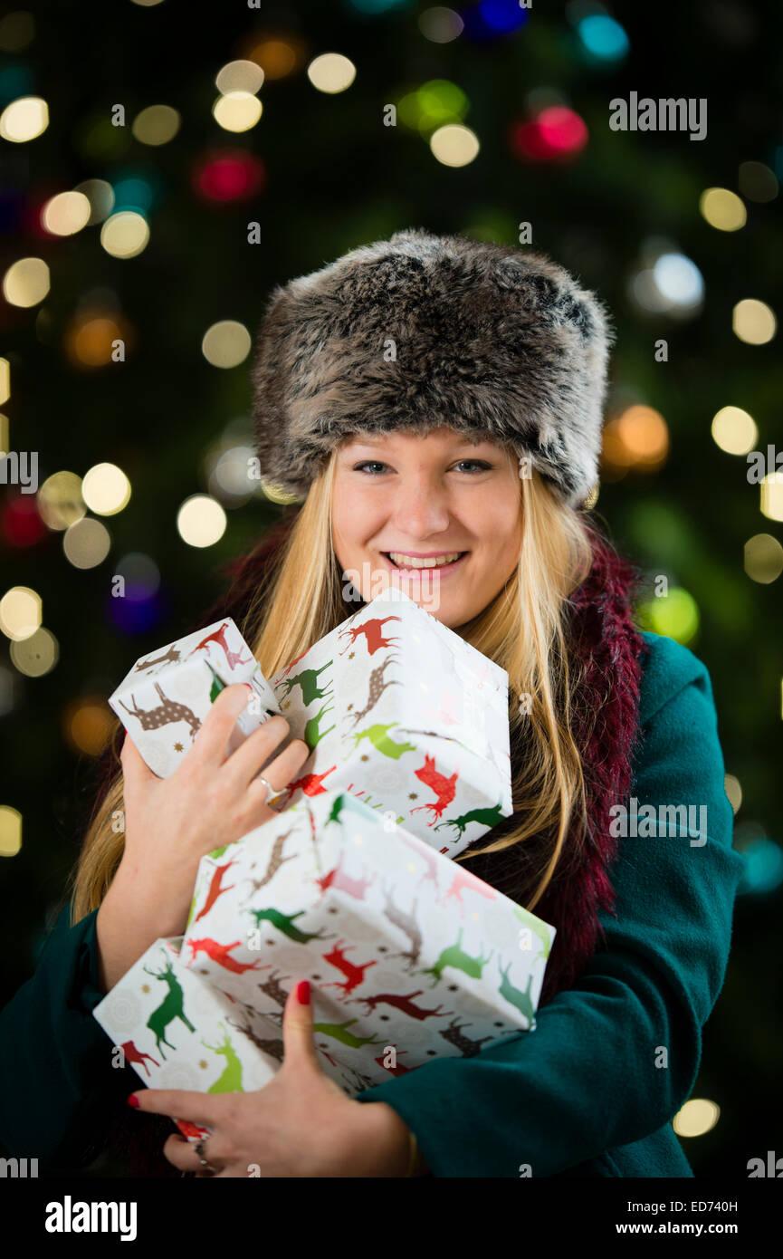 Weihnachten Weihnachtsgeschenke ein glücklich lächelnden jungen ...