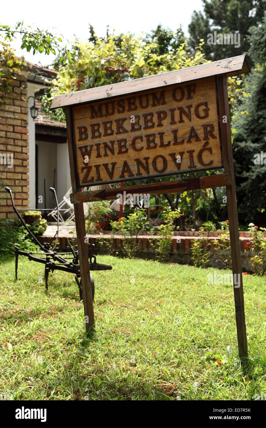 Das Museum der Imkerei und Weinkeller im Weingut Zivanovic in Sremski Karlovci, Serbien. Das Weingut produziert Stockfoto