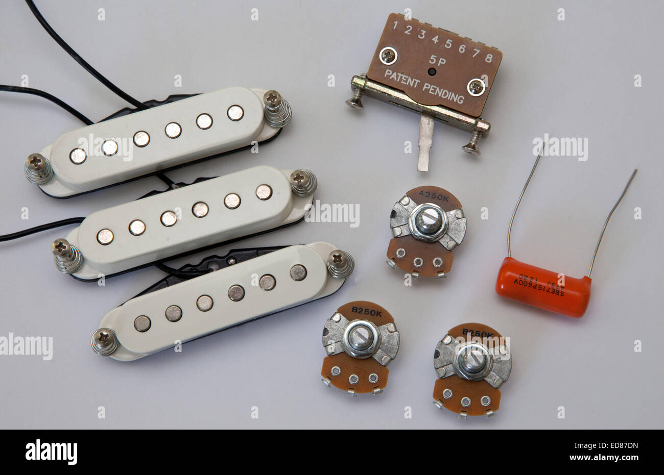 Komponenten von einer e-Gitarre, Pick up, Volume Klangregler, Selektor wechseln, Kondensator, Potentiometer Stockbild