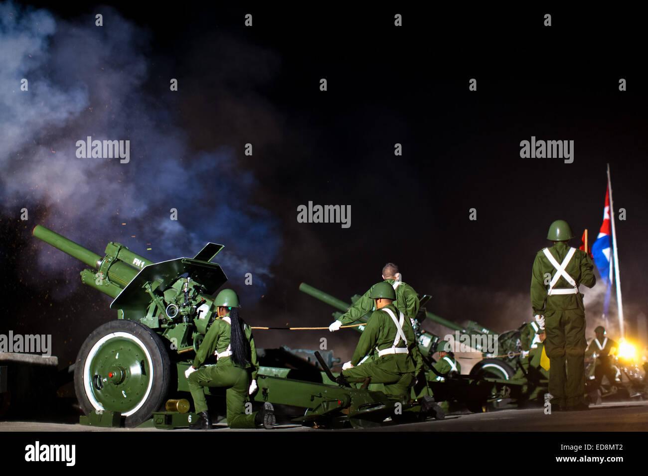 Havanna, Kuba. 31. Dezember 2014. Kubanische militärische Salven 21 ...