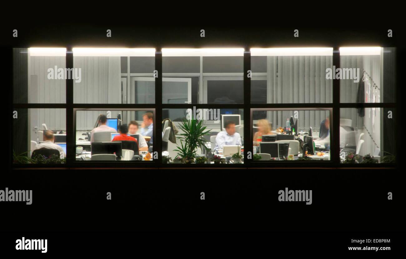 Späten Büroarbeit während der Frist Stockfoto