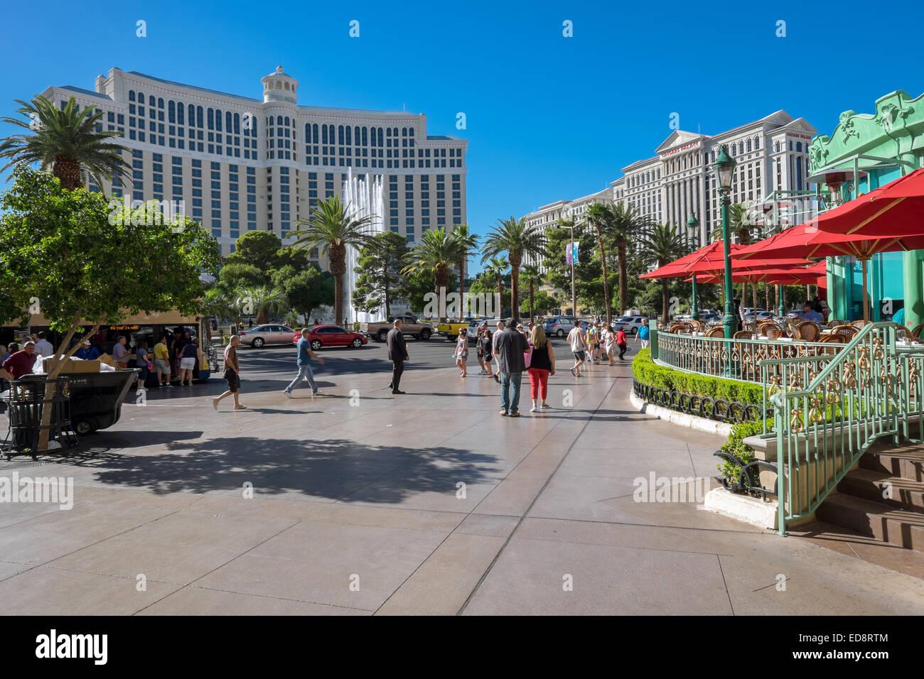 Außenbereich des Bellagio (links) und Caesars Palace (rechts) auf der anderen Seite des Las Vegas Boulevard. Stockbild