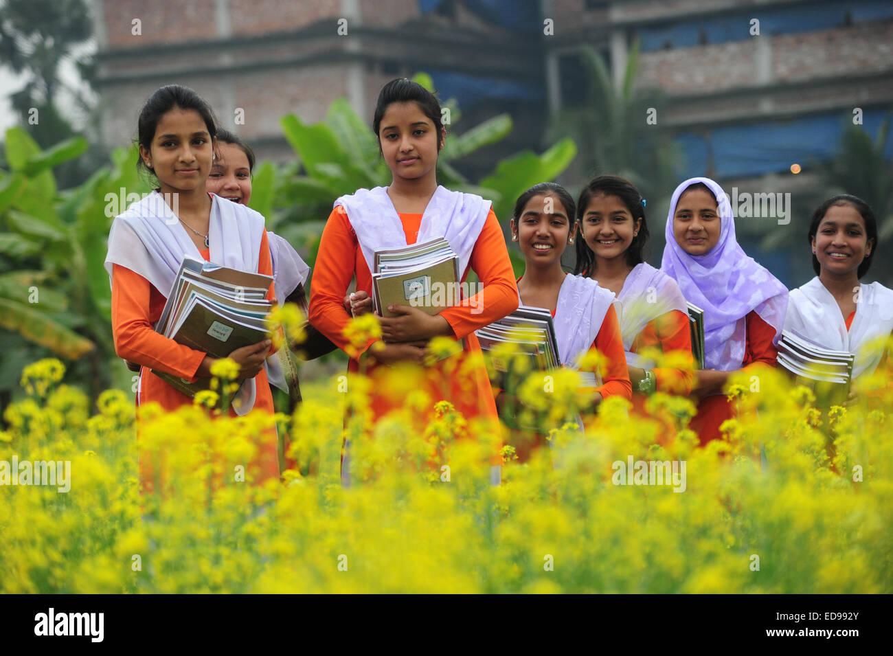 bangladeshi dorfm dchen gehen zur schule im feld muster On außerhalb von englisch