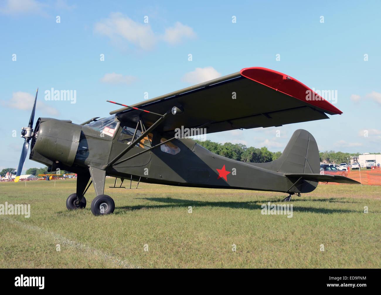 Retro-Propellerflugzeug in Tarnfarben Stockbild