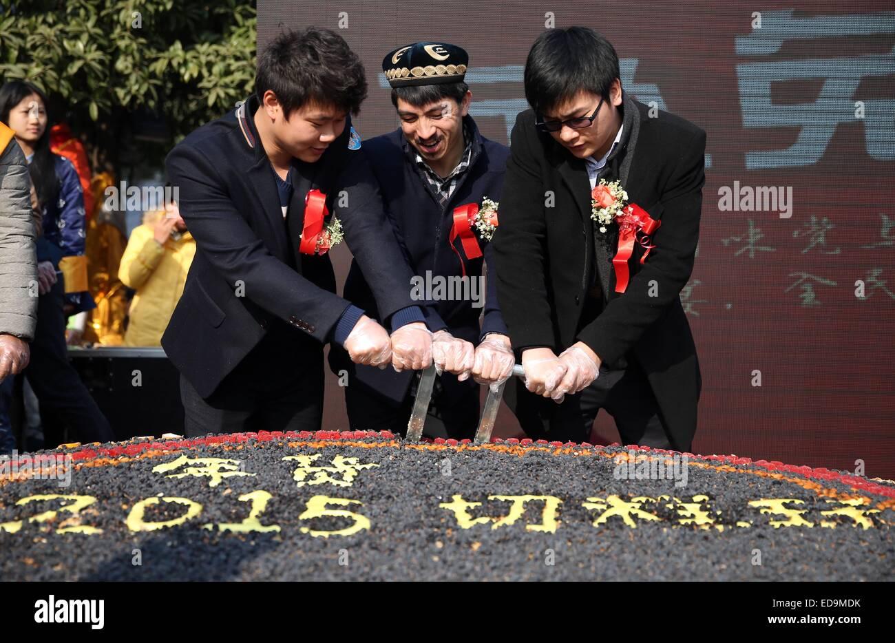 150103)--CHANGSHA, 3. Januar 2015 (Xinhua)--Adil Memettur (C) und ...