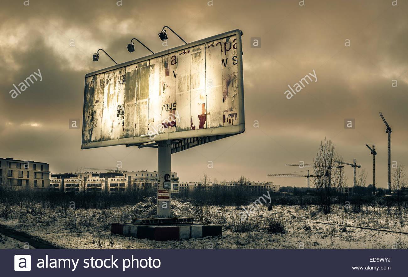 Plakat und Kran in Wilanow, Warschau, Polen Stockbild