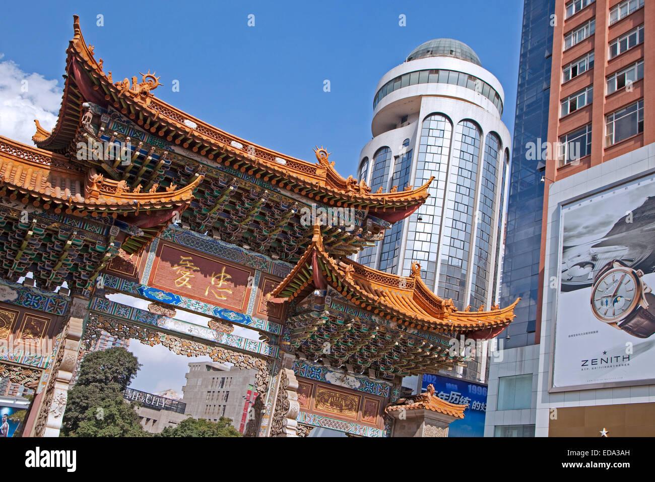 Traditionelle chinesische Altstadttor im Zentrum Stadt Kunming, Yunnan Provinz, China Stockbild