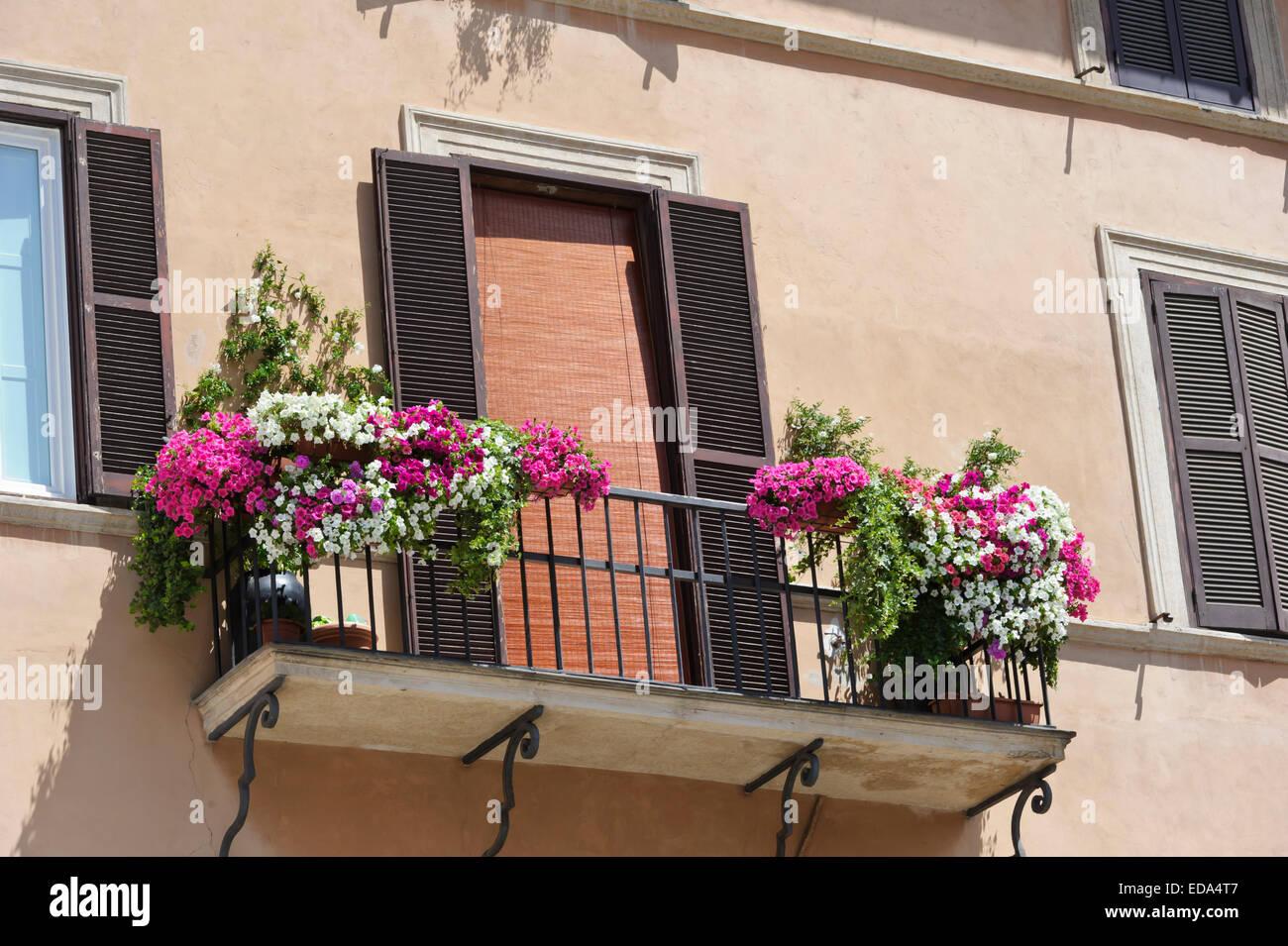 einer traditionellen fassade eines italienischen geb udes mit frischen blumen auf dem balkon. Black Bedroom Furniture Sets. Home Design Ideas