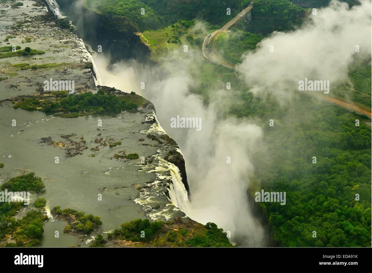 Luftaufnahme von den Victoria Fällen und die Gischt der Zimbabwe entnommen Seite und auf der Suche nach Sambia. Stockbild