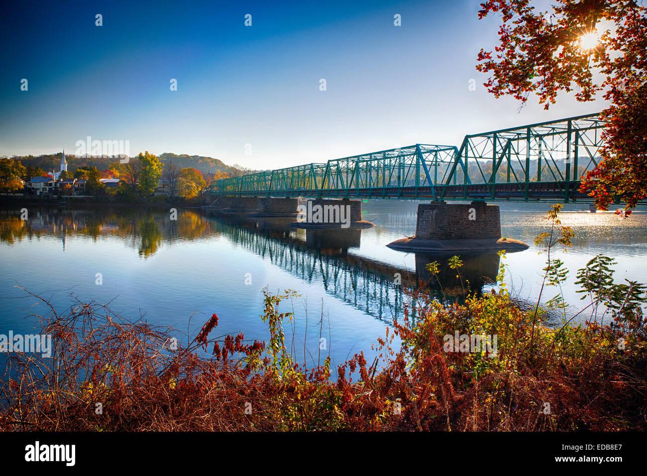 Herbstmorgen Blick auf die neue Hoffnung-Lambertville-Brücke über den Delaware River, New Hope, Pennsylvania Stockbild