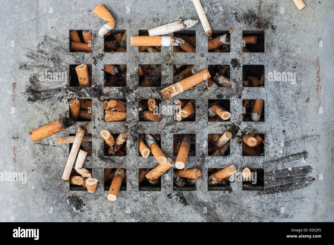 Zigarettenkippen Stockbild