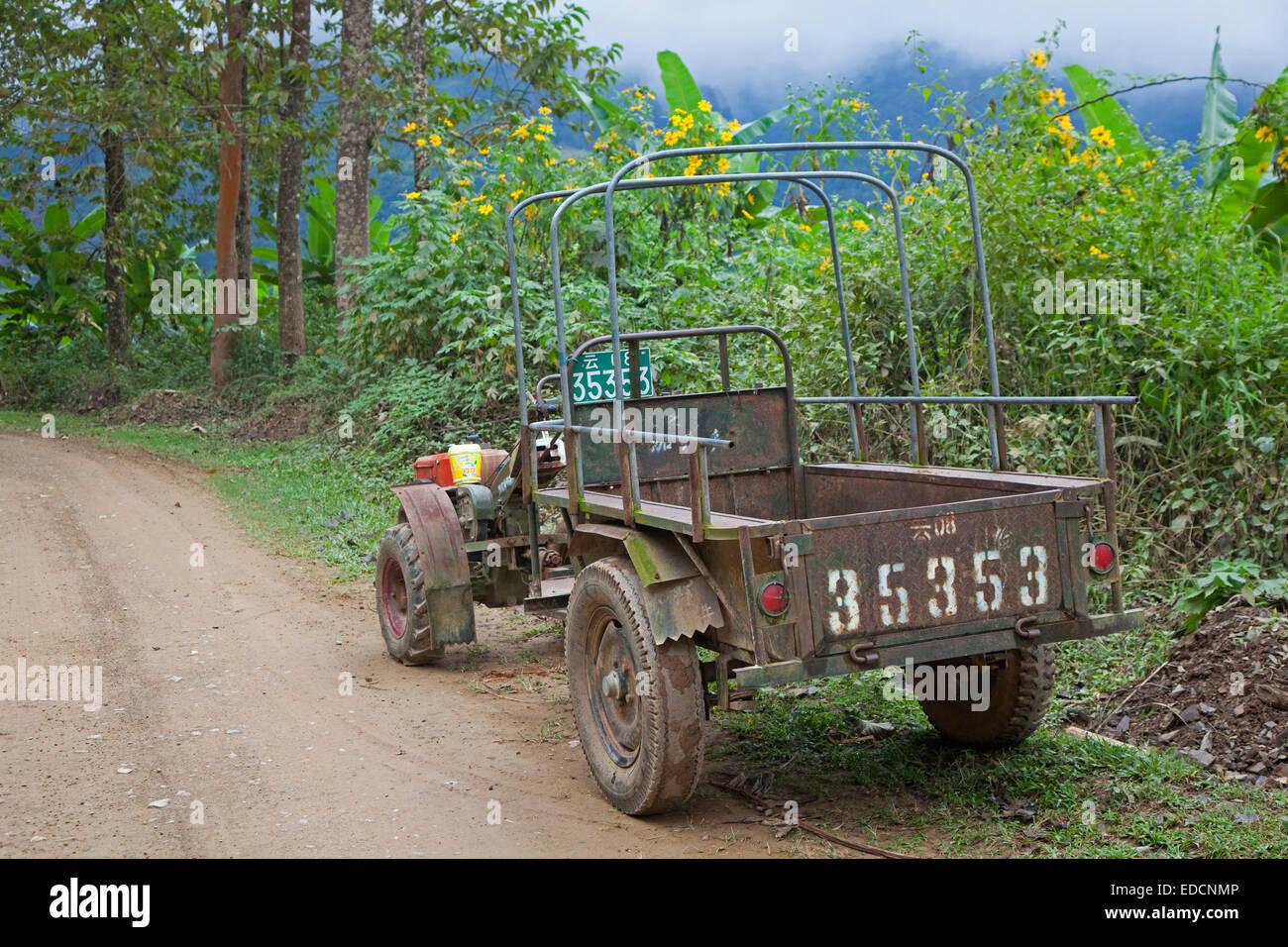 Typische chinesische Zweirad-Traktor mit Anhänger in der Provinz Yunnan, China Stockbild
