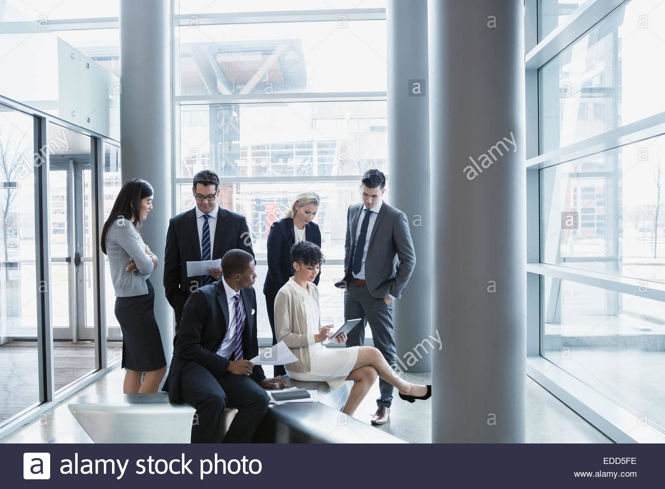 Geschäftsleute treffen sich in der lobby Stockbild