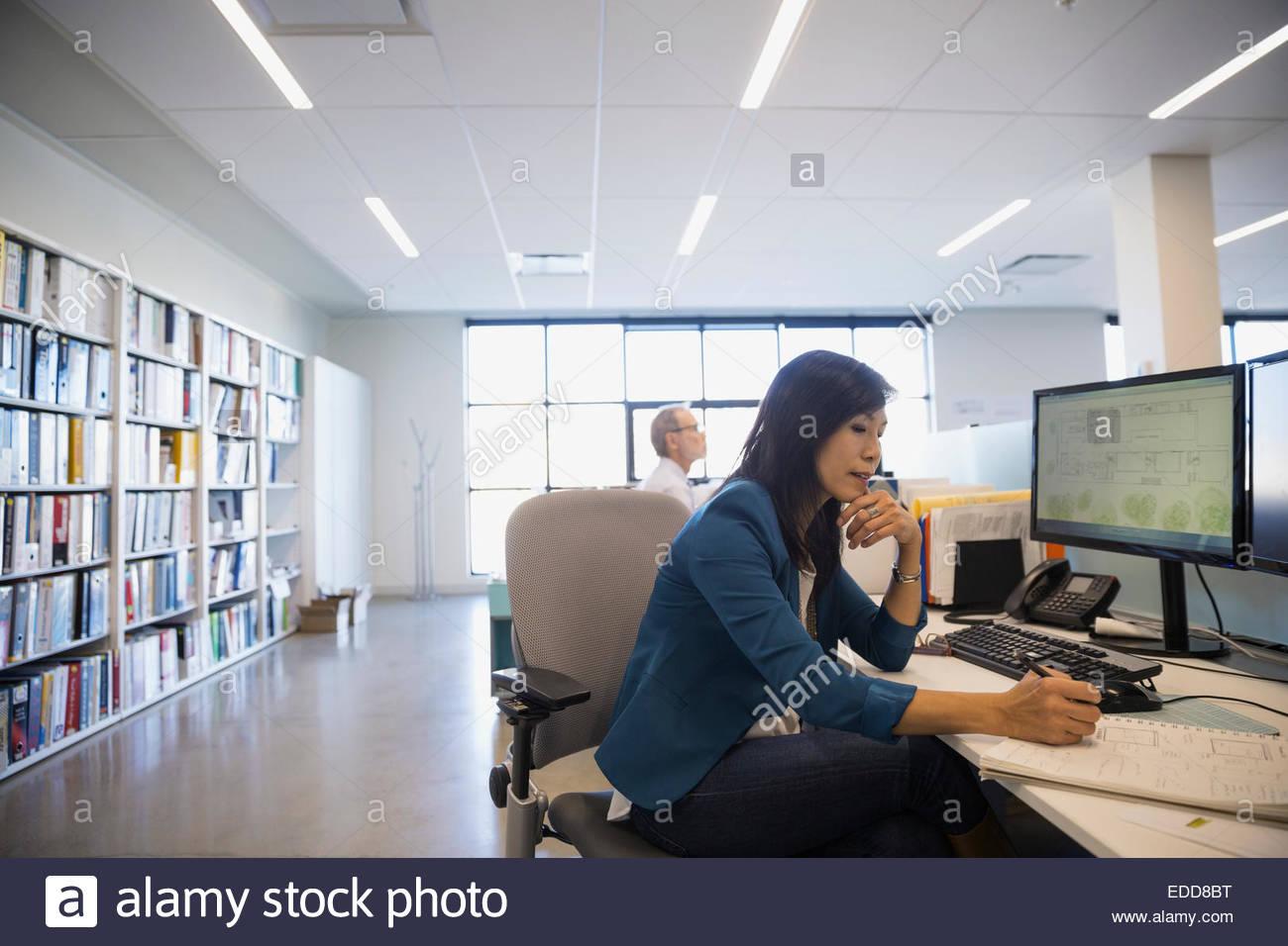 Architekten entwerfen Pläne am Schreibtisch im Büro Stockbild