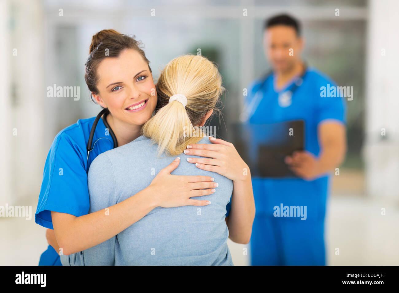 Nurse Hugging Patient Stockfotos und -bilder Kaufen - Alamy