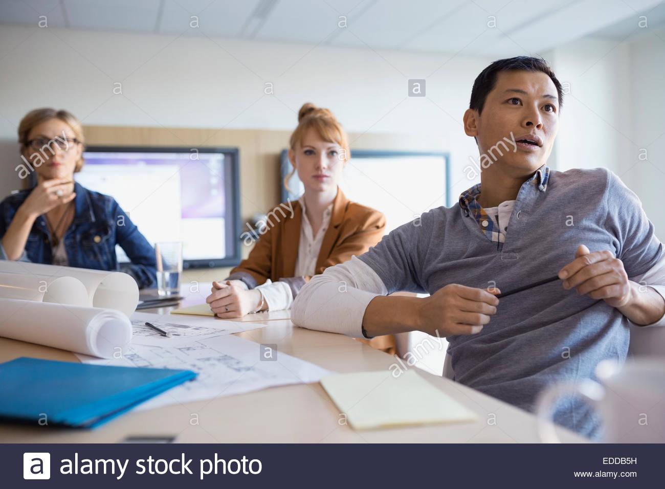 Business-Leute, die hören in treffen Stockbild