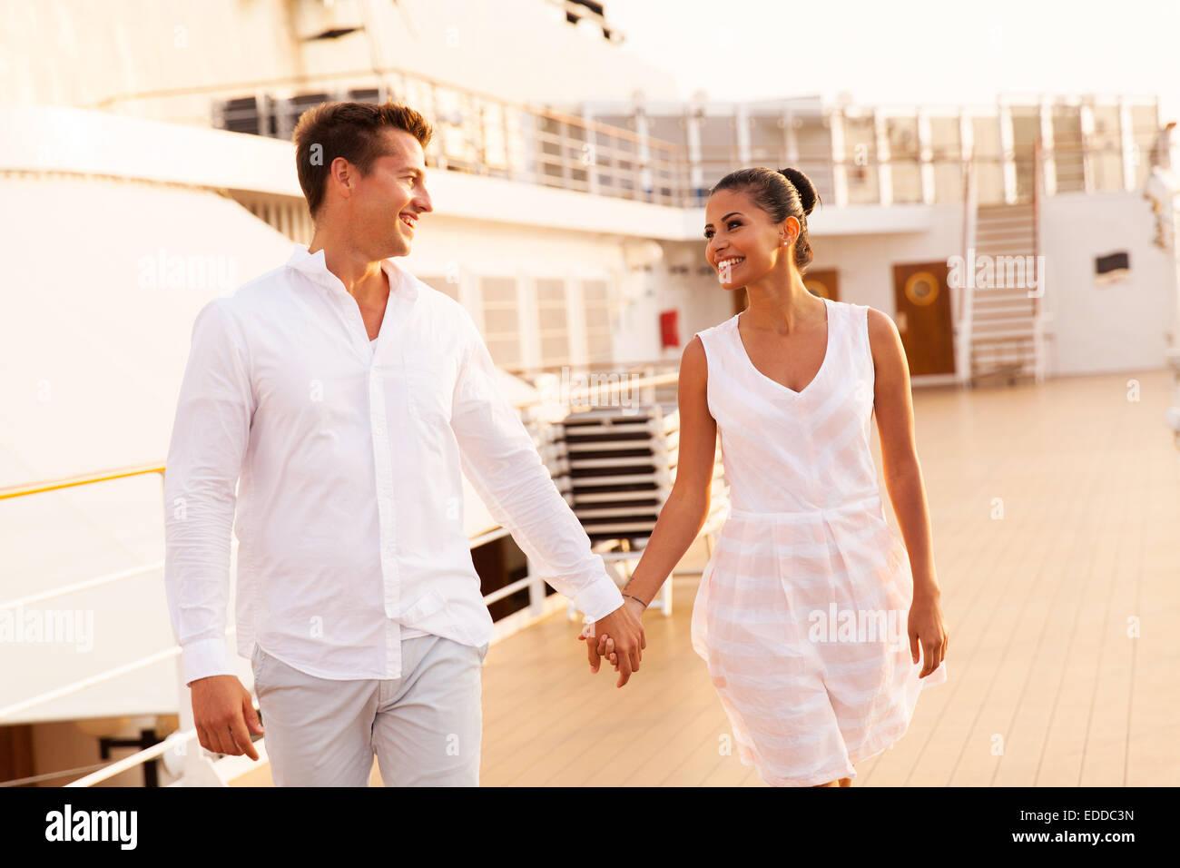 fröhliches junges Paar zu Fuß auf Kreuzfahrtschiff Stockbild