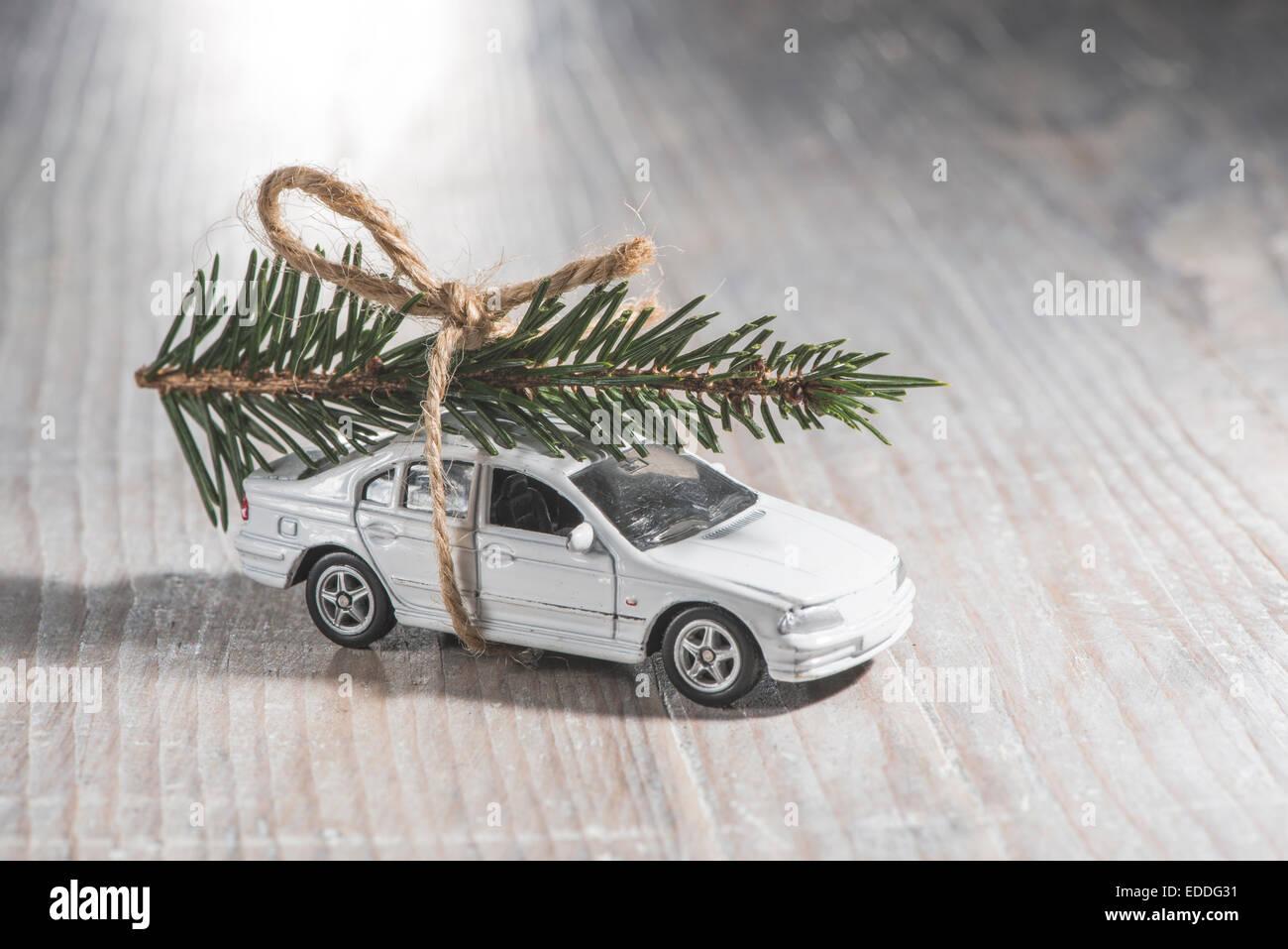 Weißes Auto Spielzeug mit Weihnachtsbaum auf Dach Stockbild