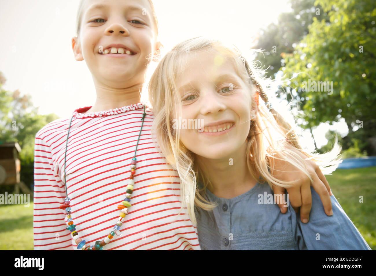 Zwei glückliche kleine Mädchen Stockbild