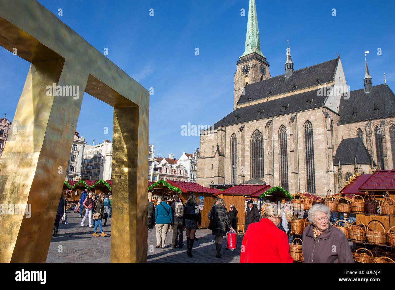 Tschechische Republik: St.-Bartholomäus Kathedrale am wichtigsten Platz von Pilsen. Foto vom 8. November 2014 Stockbild