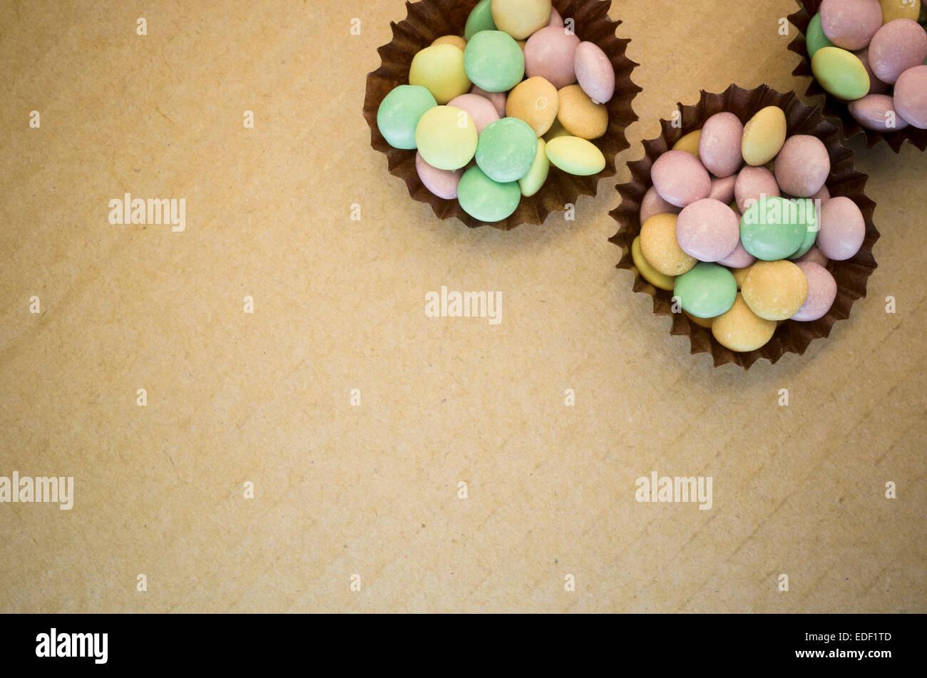 viele kleine bunte Zucker Bonbons auf einen Kartonoberfläche Stockbild