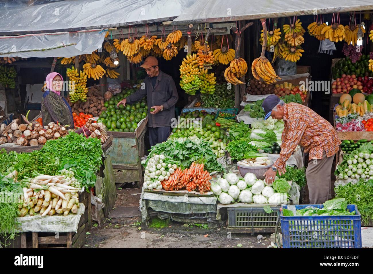 Indonesische Anbieter verkaufen Obst und Gemüse auf dem Display auf Lebensmittelgeschäft, Bogor Regency Stockbild