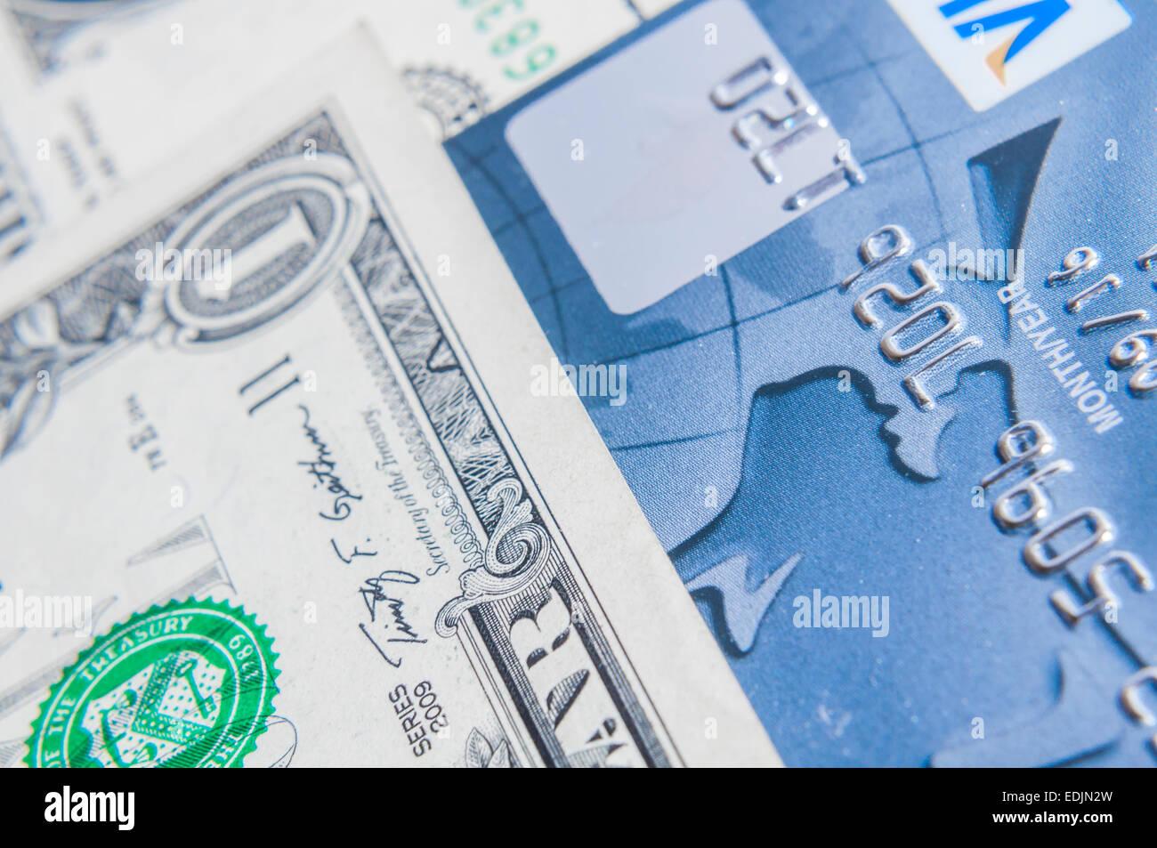 Kreditkarte auf Dollarnoten als wohlhabende Konzept Stockbild