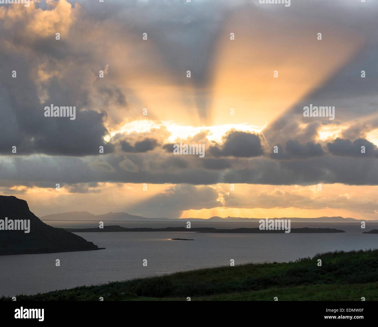 Sonnenuntergang am Stein Waternish Halbinsel skye Stockbild