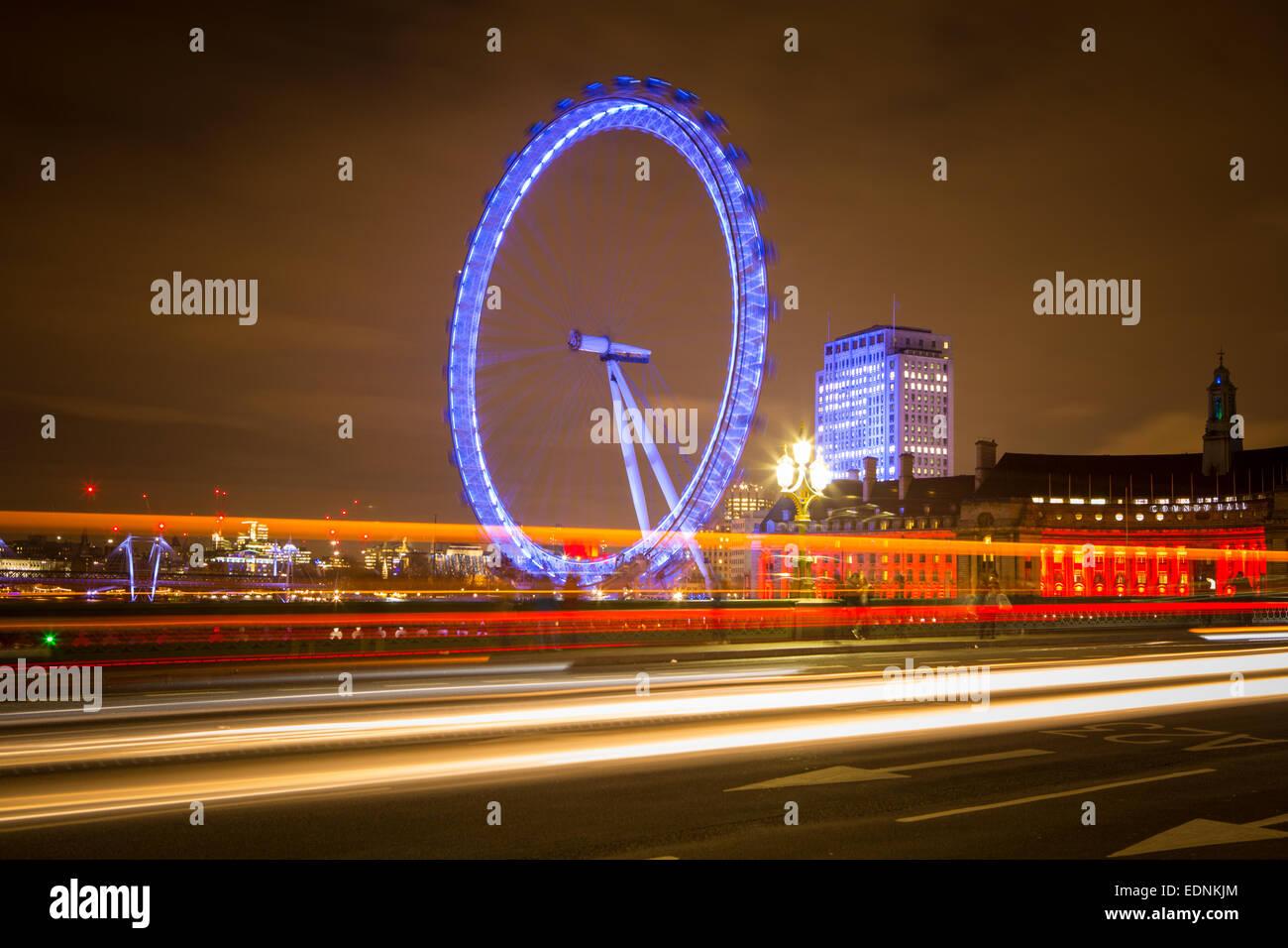 Fotografie von Roy Riley 0781 6547063 roy@royriley.co.uk The London Eye in der Nacht mit Reflexion und Verkehr Schlieren. Stockbild