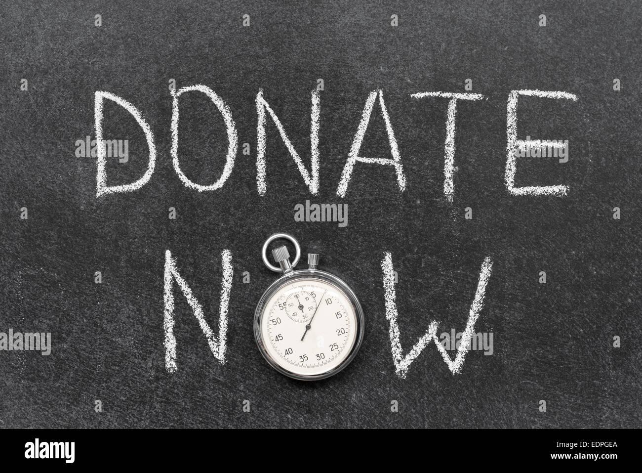 Spenden Sie jetzt Konzept handschriftlich auf Tafel mit Vintage präzise Stoppuhr verwendet anstelle von O Stockbild