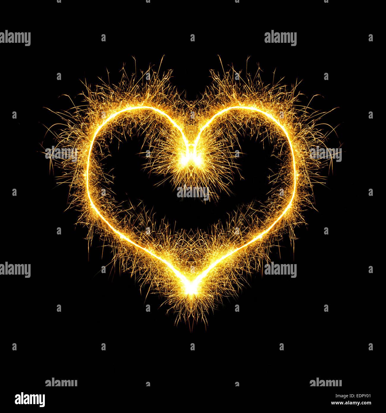 Funkenbildung Herzen auf schwarzem Hintergrund Stockfoto