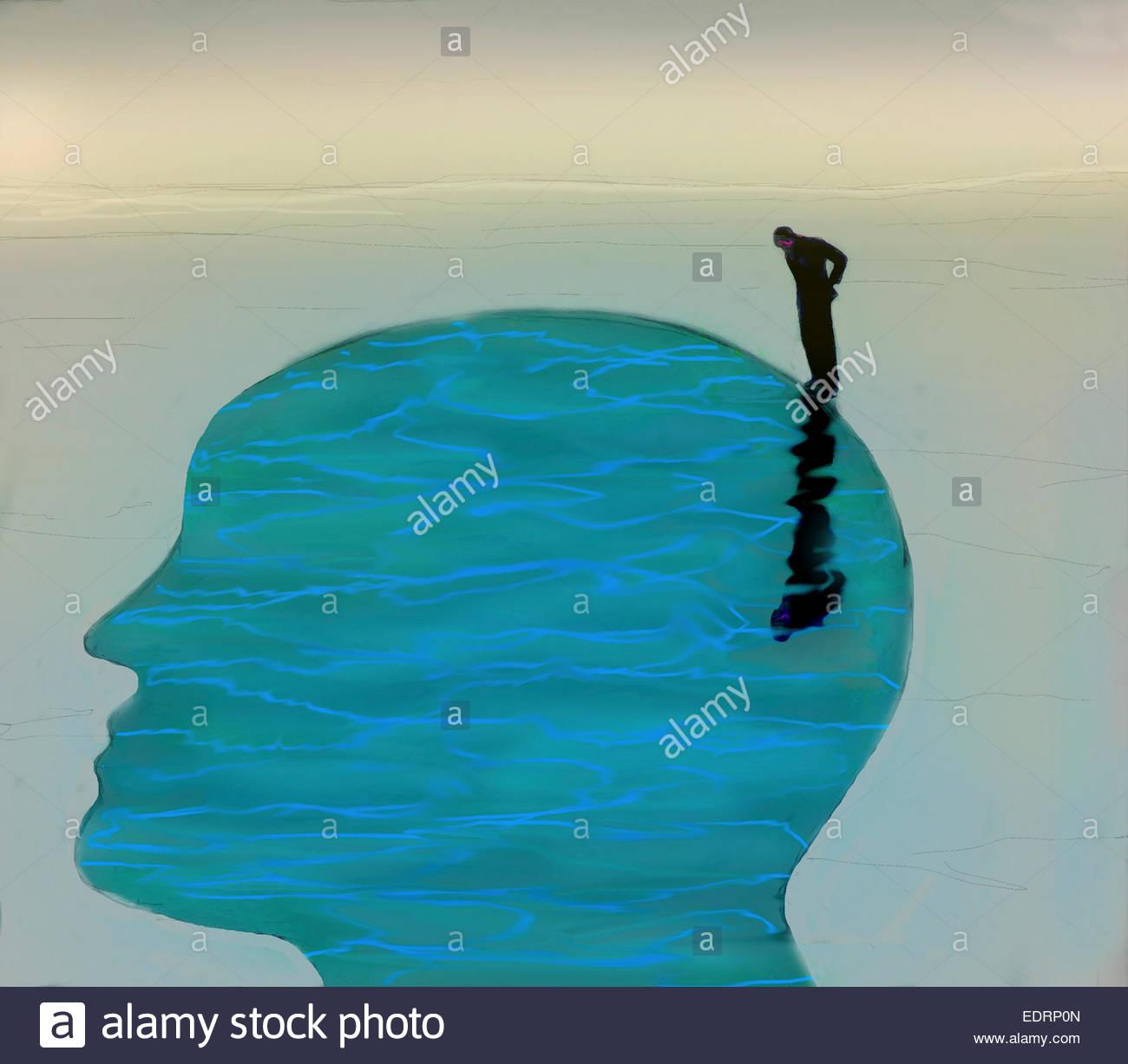 Mann auf der Suche nach unten ins ruhige Wasser im Inneren Kopfprofil Stockbild