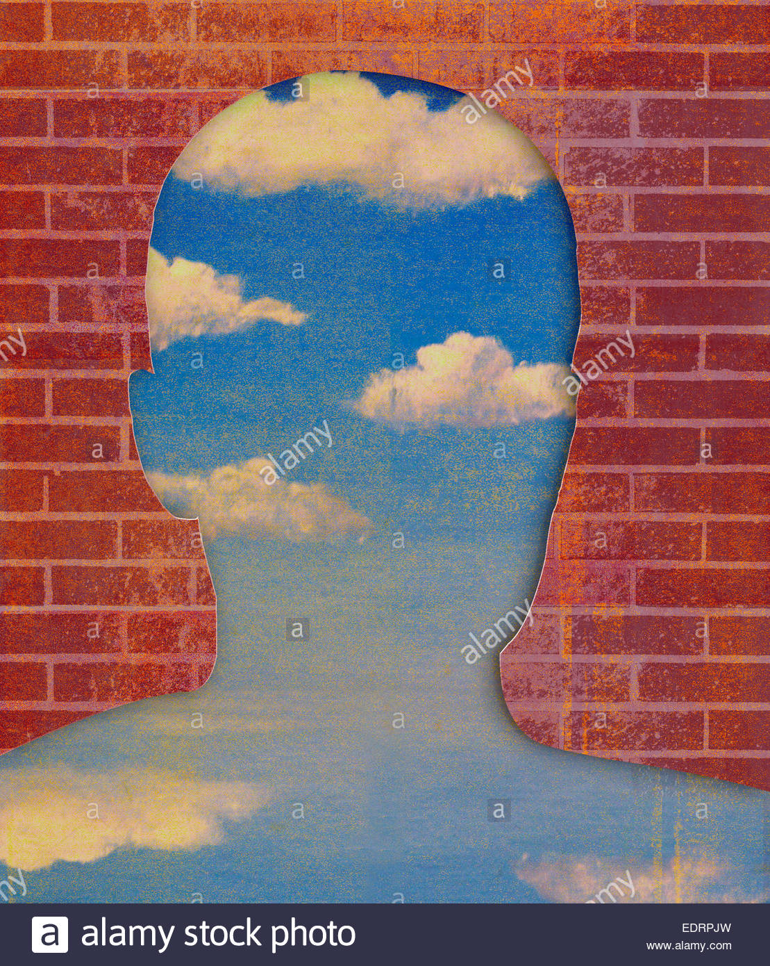 Ziegelmauer enthüllt blauen Himmel in Form des Kopfes Stockbild