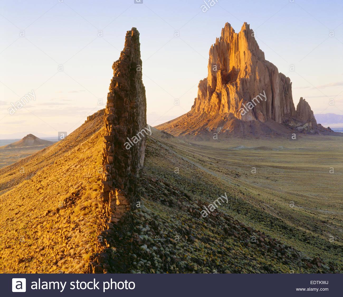 Shiprock, vulkanischer Monolith 1100 Fuß hoch, mit angeschlossenen vulkanischen Deich.  Navajo Indian Reservation, Stockbild