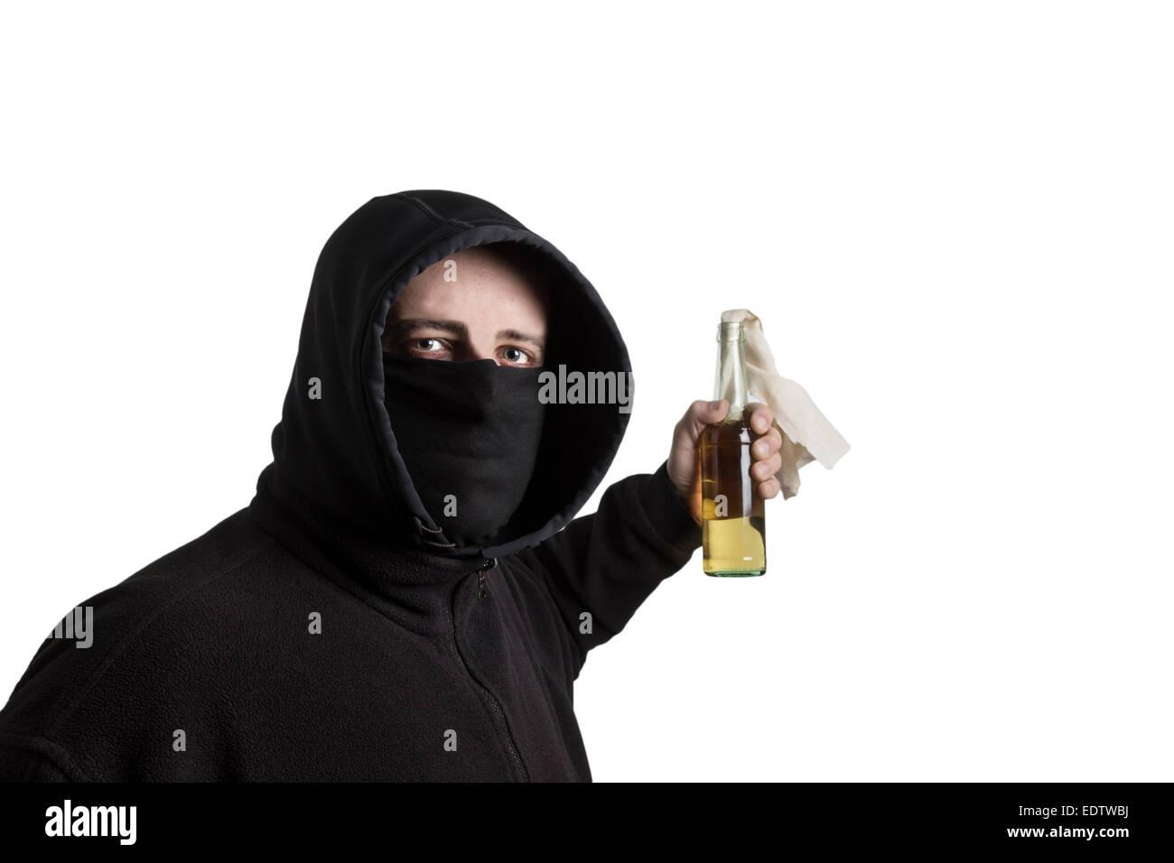 Vermummte Mann im schwarzen Kleid mit einem Molotow-Cocktail ...