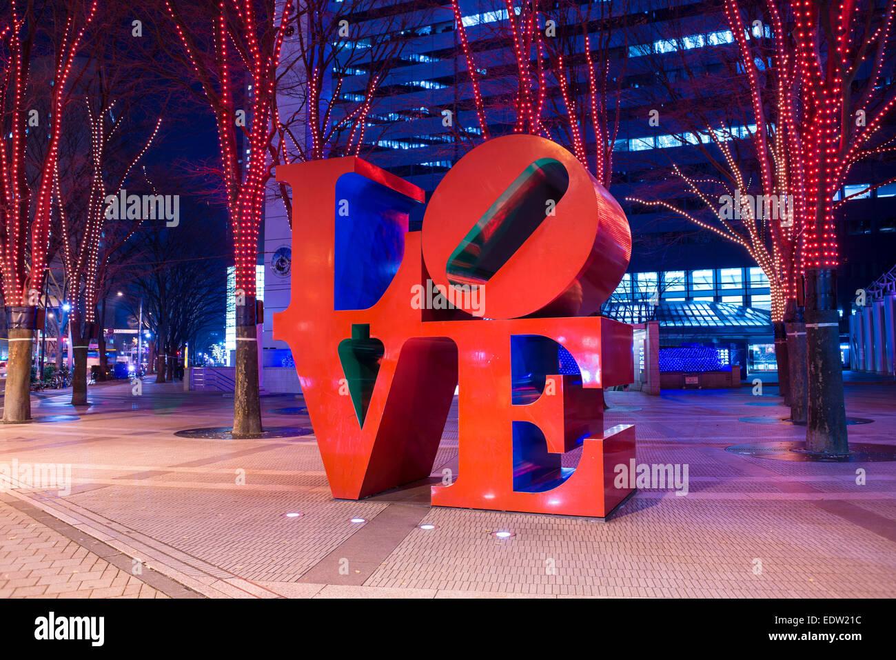 """""""Zeichen der Liebe"""" und Beleuchtung in Shinjuku, Tokio bei Nacht Stockbild"""
