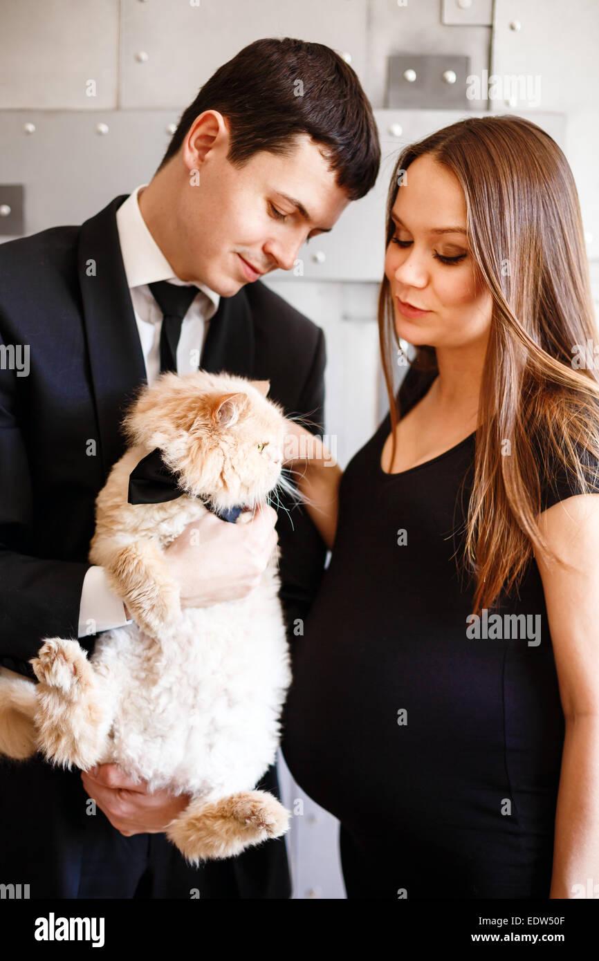 Stilvolle elegante junge Paar erwartet ein Baby. Brünette Frau in ...