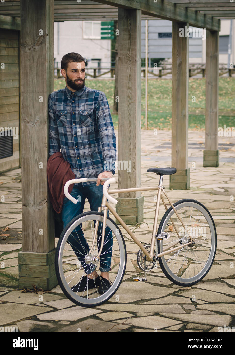 Hipster-Mann mit einem Fixie-Bike in einem Park im freien Stockbild
