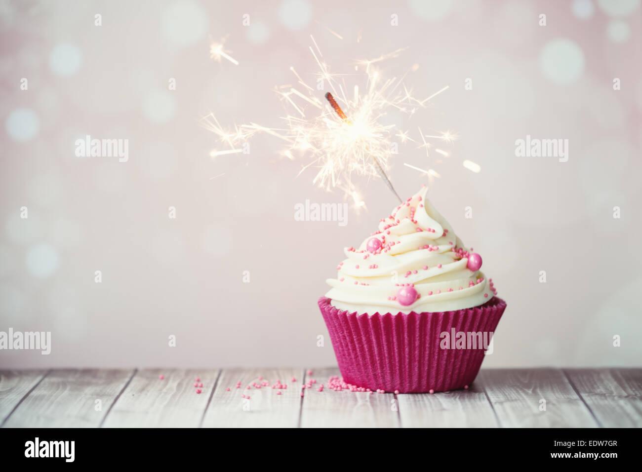 Rosa Geburtstag Cupcake Mit Wunderkerze Stockfoto Bild 77386759