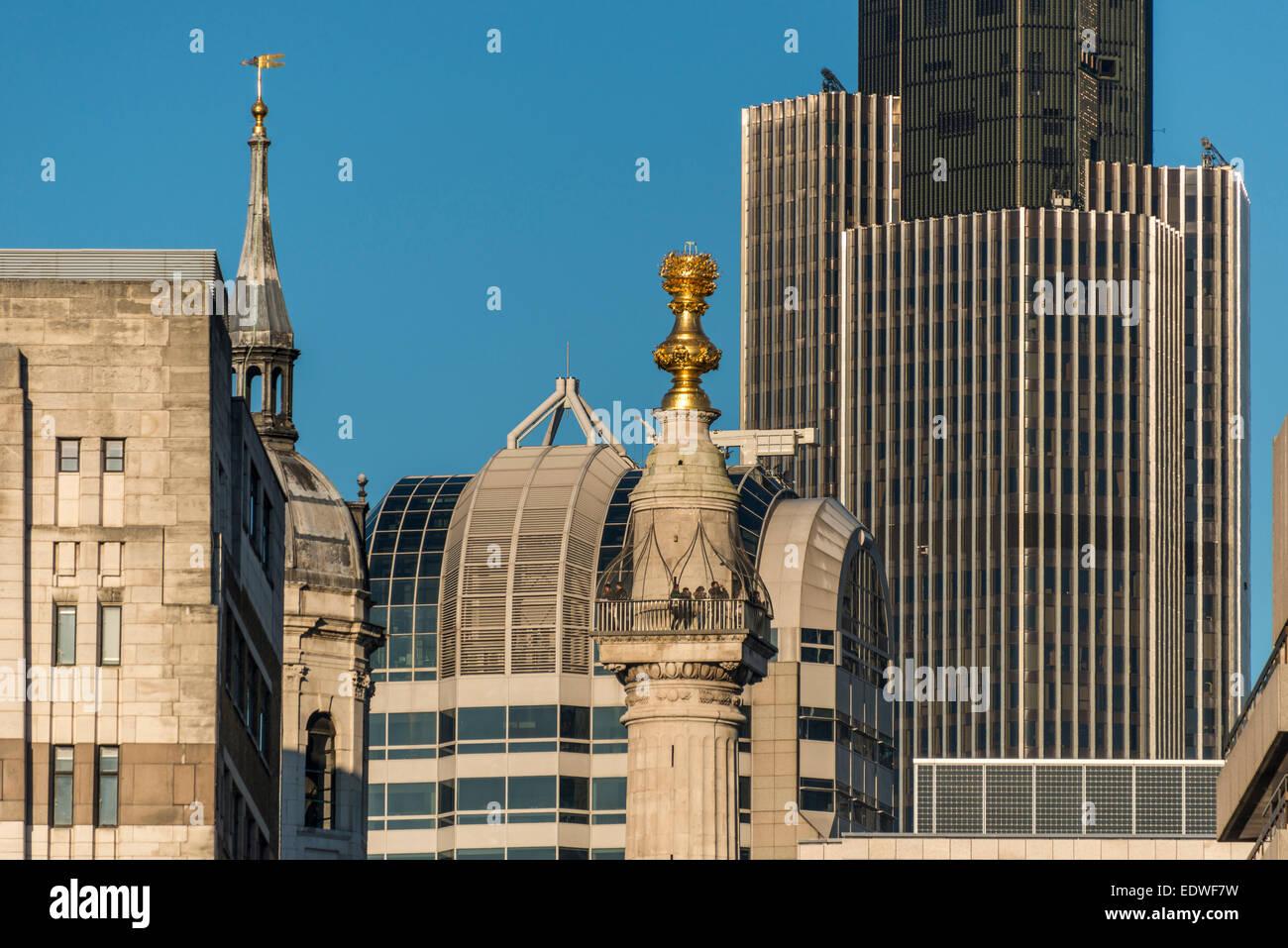 Das Denkmal für den großen Brand von London ist eine geriffelte dorische Säule in der City of London Stockbild