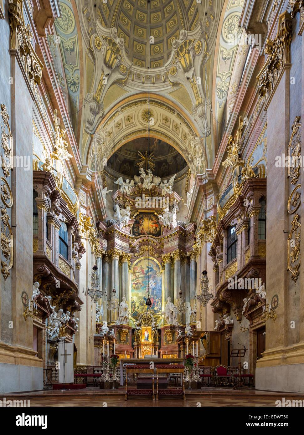 https://c8.alamy.com/compde/edwt50/altar-und-interieur-der-katholischen-pfarrkirche-st-peters-in-der-alten-stadt-wien-osterreich-edwt50.jpg