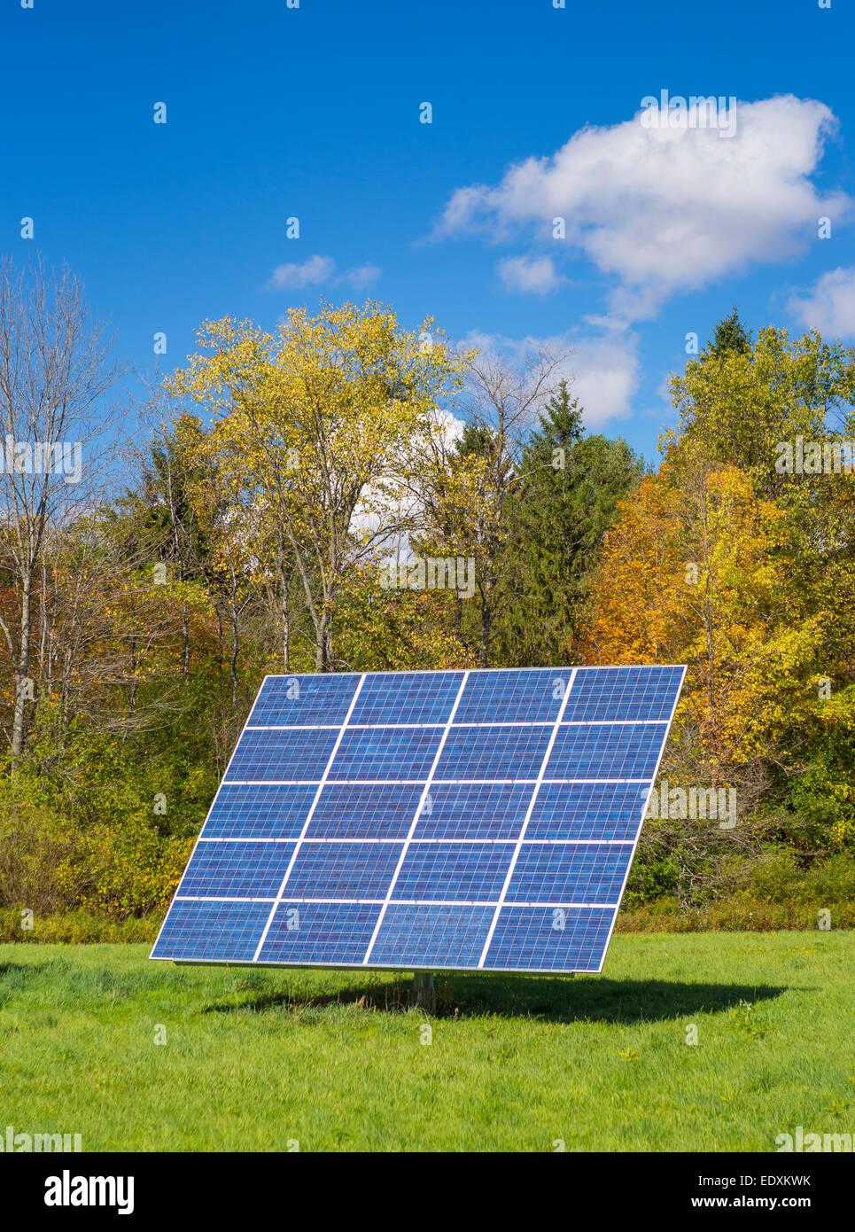 IRASVILLE, VERMONT, USA - Solar Power Panel im Feld, Mad River Valley. Alternative Energien. Stockbild