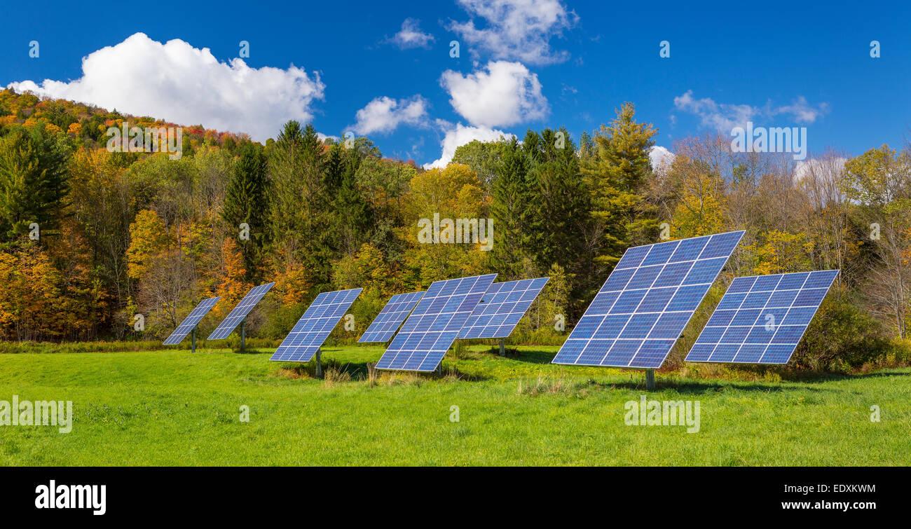 IRASVILLE, VERMONT, USA - Solarstrom-Paneele im Feld, Mad River Valley. Alternative Energien. Stockbild