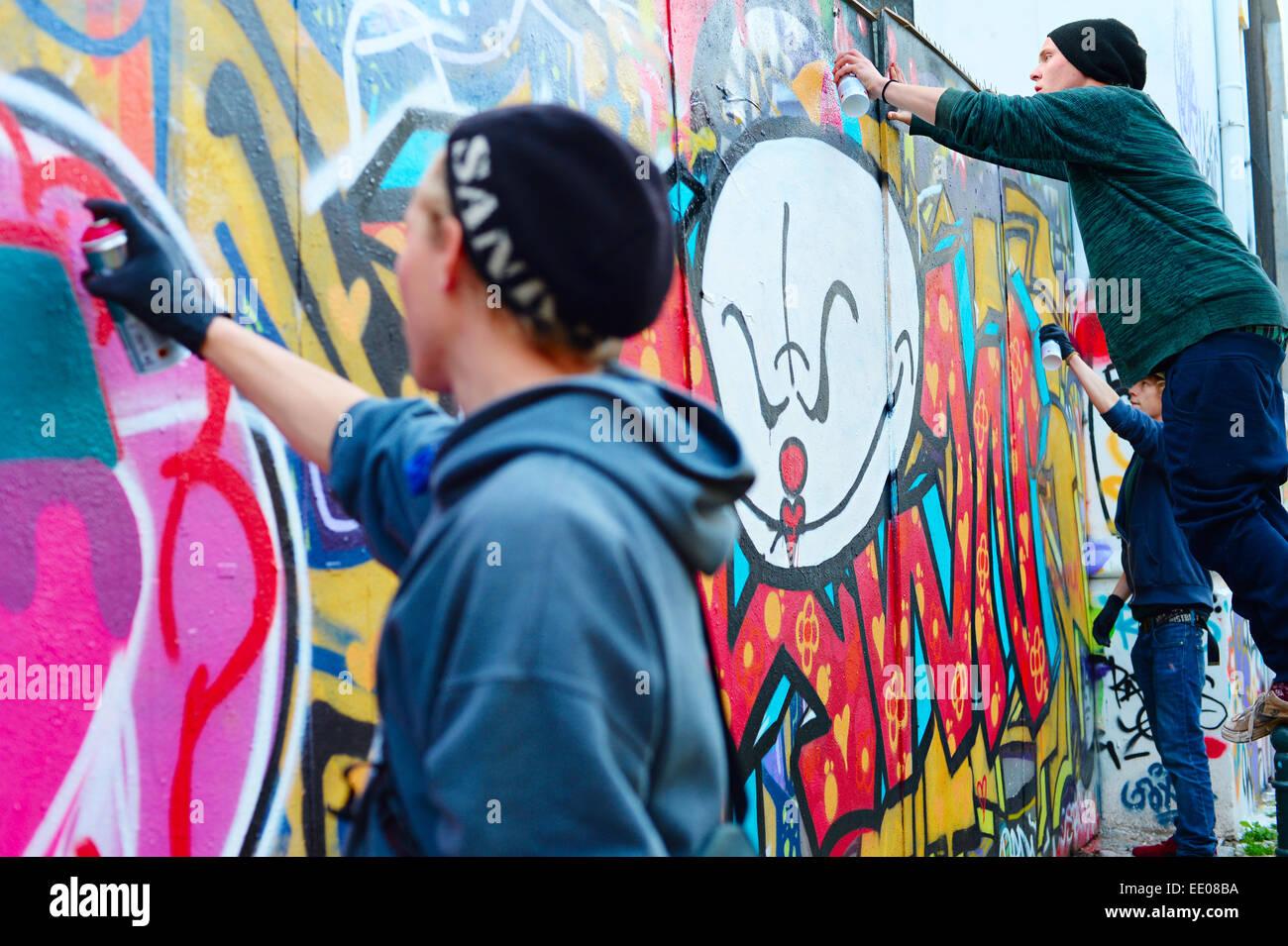 Männlicher Jugendlich Anstrichwand Sprühfarbe Stockfotos