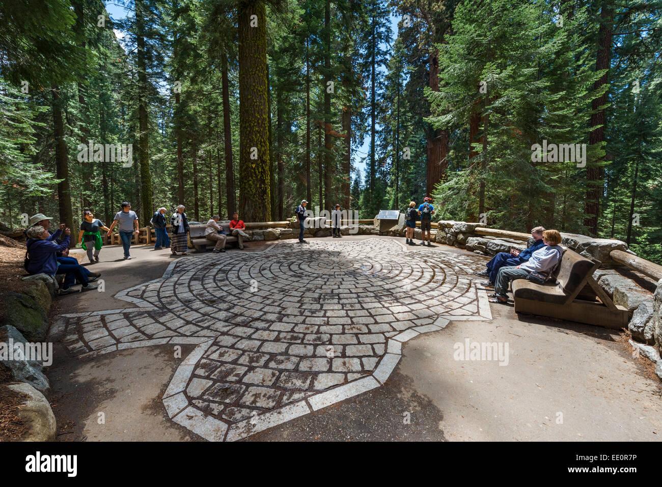 Steinen angelegt, um die Größe des Fußabdrucks von General Sherman Tree, Sequoia Nationalpark, Kalifornien, Stockbild