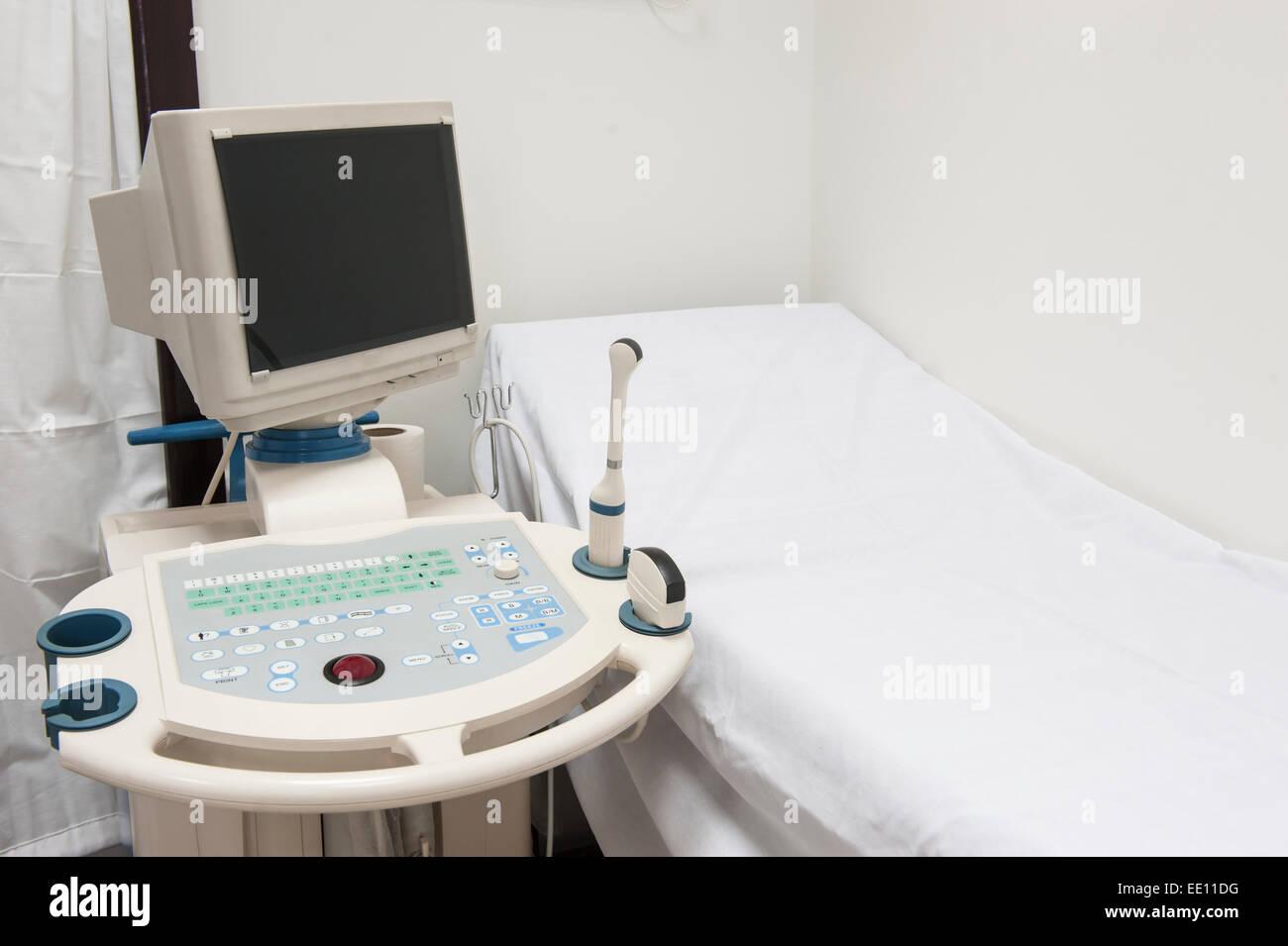 Prüfung-Bett mit Ultraschall-Scanner-Maschine im Klinikum Krankenhaus Stockbild