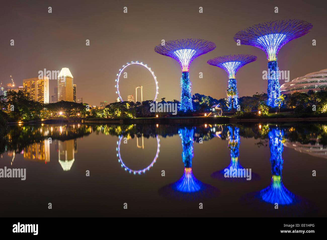 Gärten durch die Bucht Reflexion im Wasser bei Nacht, Singapur, Südostasien, Asien Stockbild