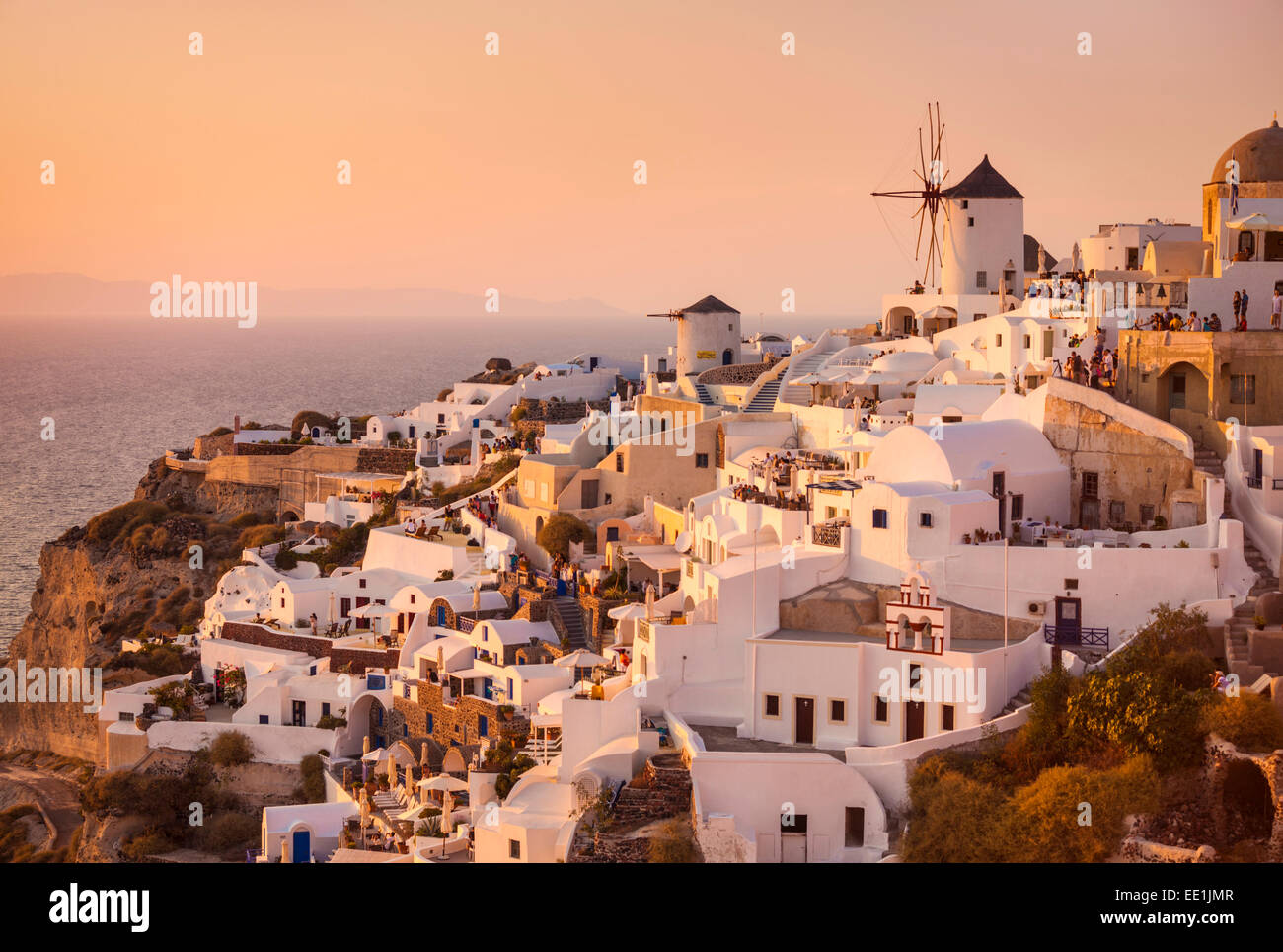 Windmühle und traditionelle Häuser bei Sonnenuntergang, Oia, Santorini (Thira), Kykladen, griechische Stockbild