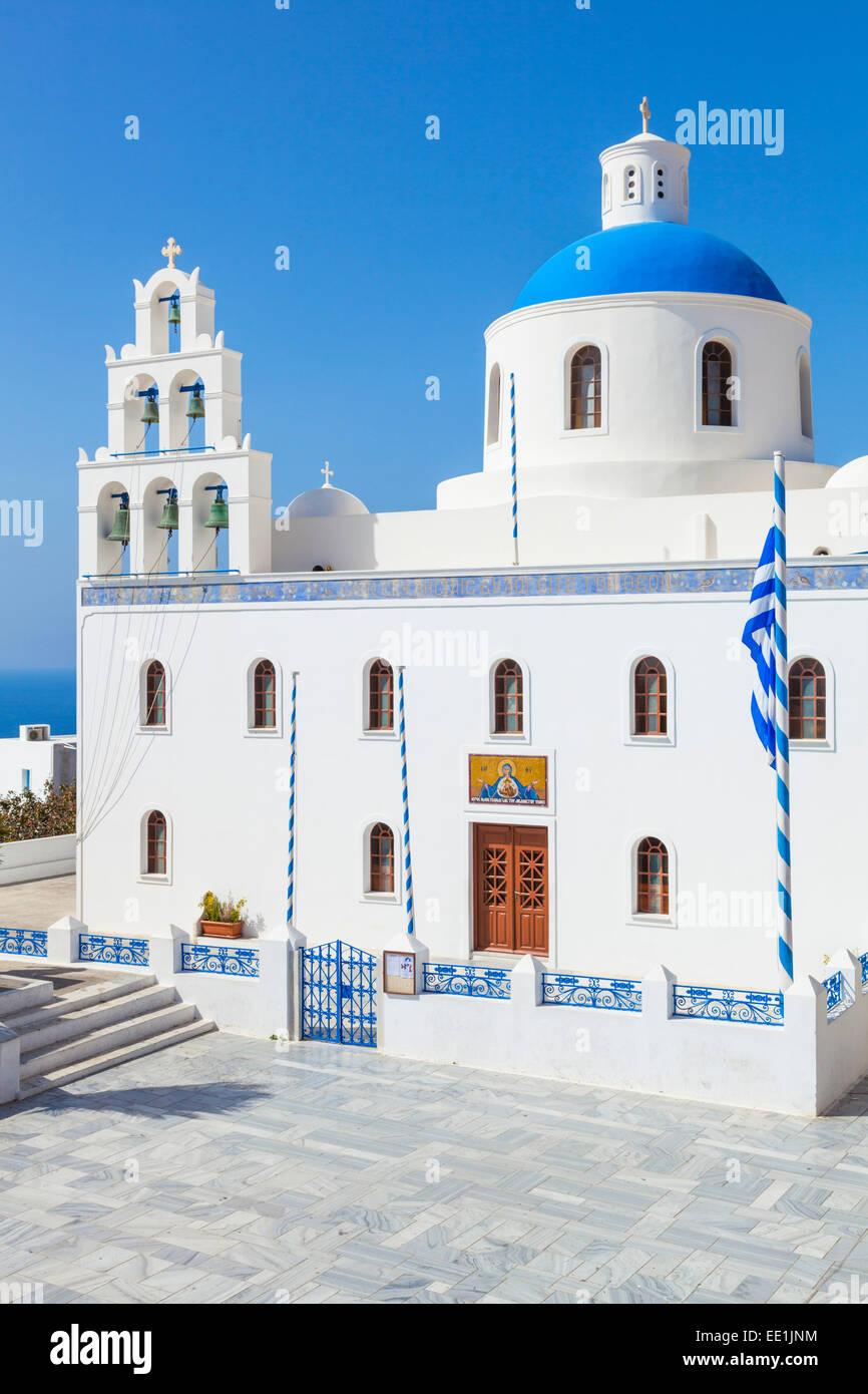 Bue-Kuppel und Glockenturm Turm der griechischen Kirche Panagia Platsani, Oia, Santorini (Thira), Kykladen, griechische Stockbild