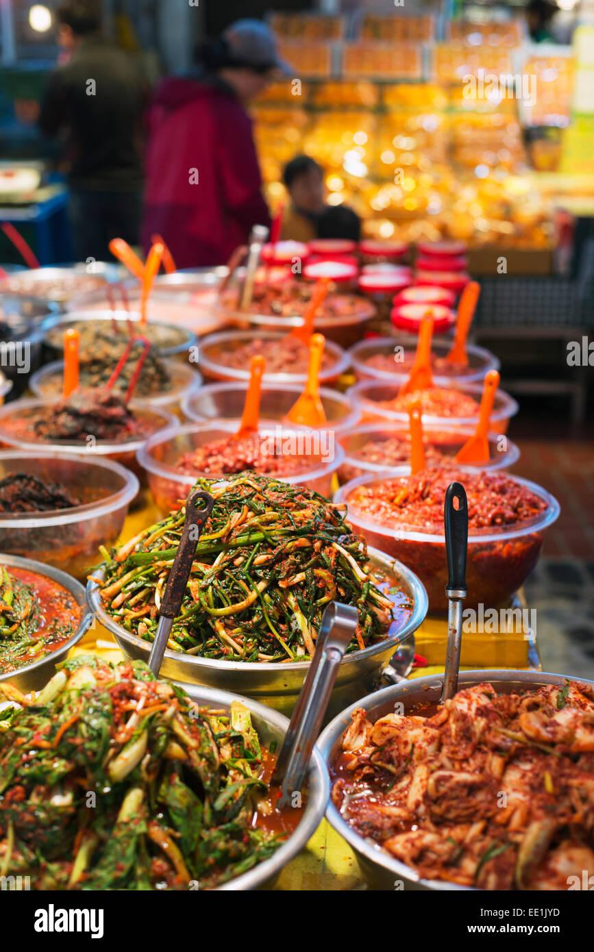 Kimchi, eingelegtes Gemüse, Dongmun traditioneller Markt, Insel Jeju, Südkorea, Asien Stockbild